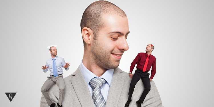 Мужчина с доброй и злой частью себя на плече
