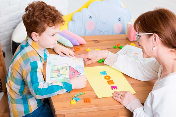 Доктор учит ребенка