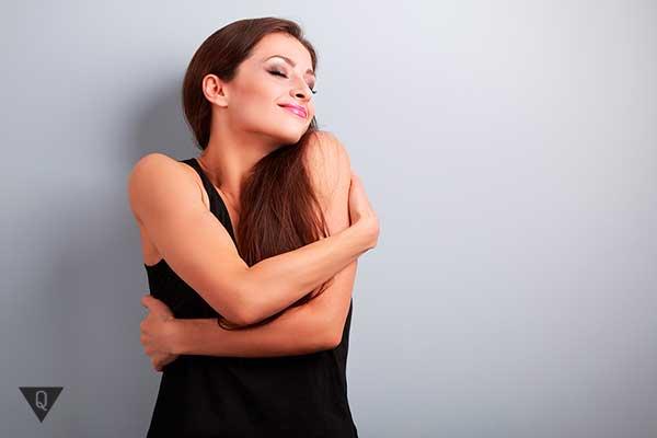 женщина обнимает себя