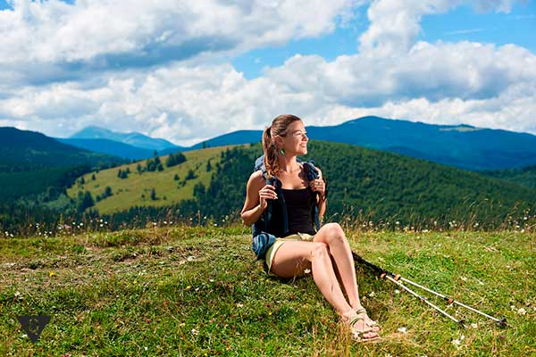 Девушка отдыхает после скандинавской хотьбы
