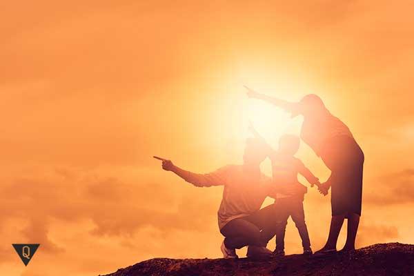 Семья из трех человек на закате