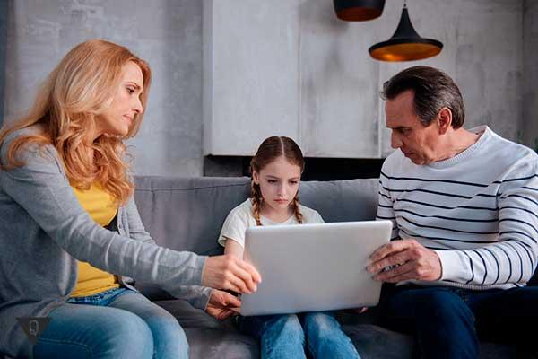 Родители учат ребенка на компьютере