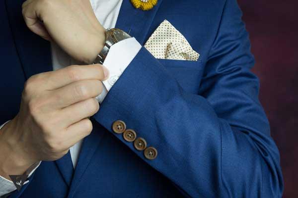 Мужчина в костюме синего цвета