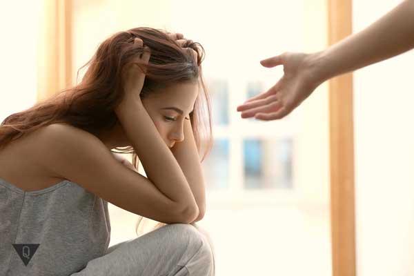 Девушке мужчина протягивает руку