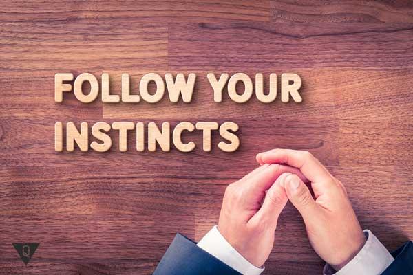 Руки и надпись: следуй за своими инстинктами