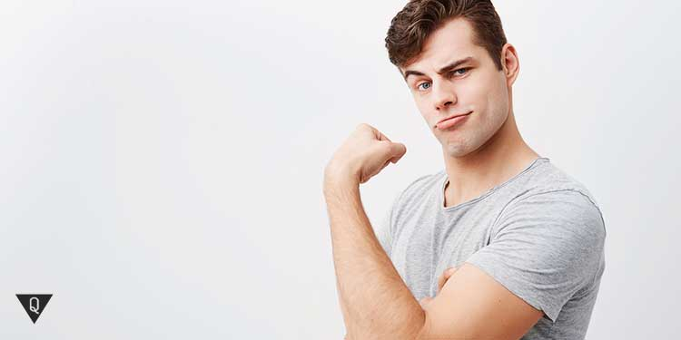 Мужчина демонстративно показывает бицебс