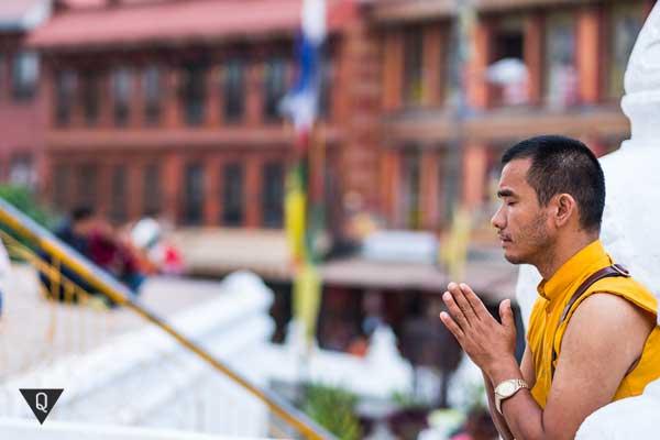 Тибетский монах занимается оздоровительной гимнастикой