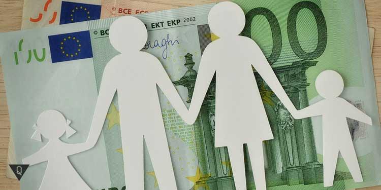 Экономия семейного бюджета. ФИгурки семьи на фоне денег