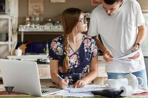 Мужчина и женщина составляют бюджет