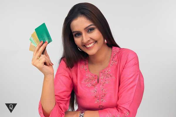 девушка с кредитными картами