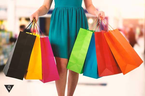 девушка и много пакетов с покупками
