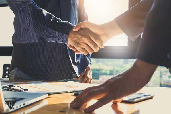 мужчины пожимают руки в знак сотрудничества
