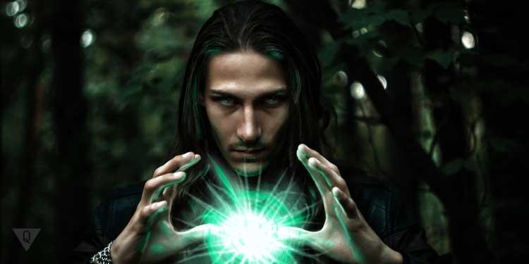Мужчина с магическим шаром, обладающий экстрасенсорными способностями