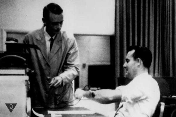 Двое мужчин во время проведения эксперимента милгрэма