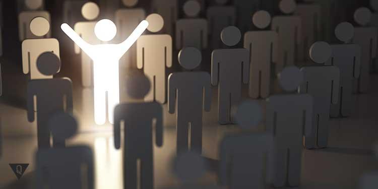 человечек выделяется из толпы