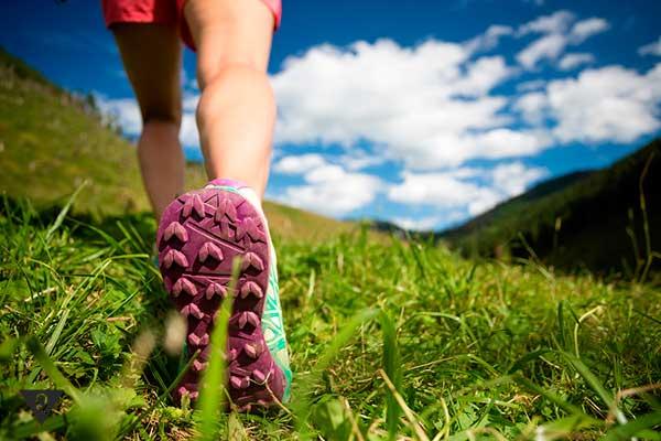 девушка ходит в горах