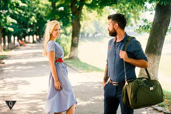 Парень и девушка знакомятся на улице