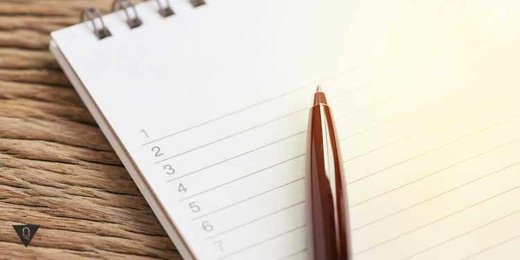 Блокнот и ручка для составления списка 100 вещей, которые необходимо сделать в жизни.