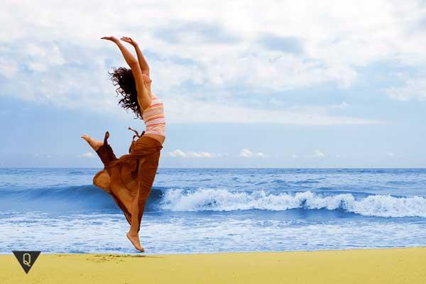 Девушка танцует на берегу