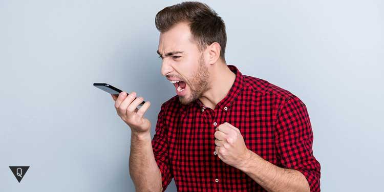 Агрессивный мужчина кричит в телефон