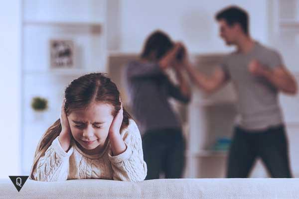 Ребенок закрыл уши, чтобы не слышать как папа бьет маму