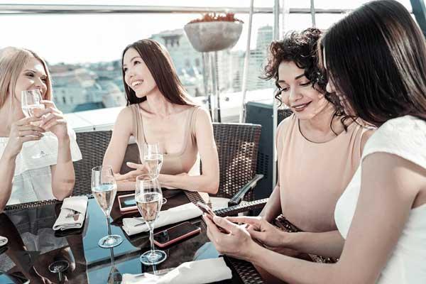 Компания девушек весело общается