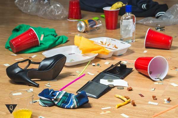 Беспорядок и вредные продукты на полу