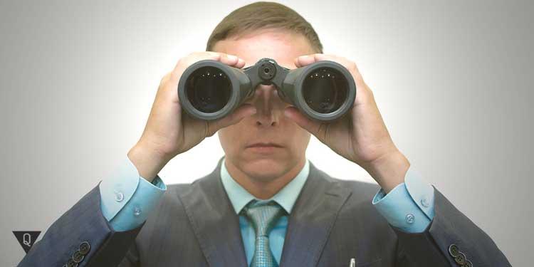 руководитель смотрит в бинокль, как символ действия эффекта хоторна