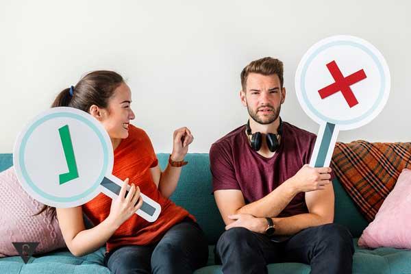 Парень и девушка держат таблички с разными символами