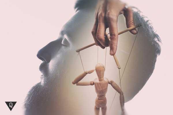 мужчина, у которого будто в голове марионетка, как символ манипулирования