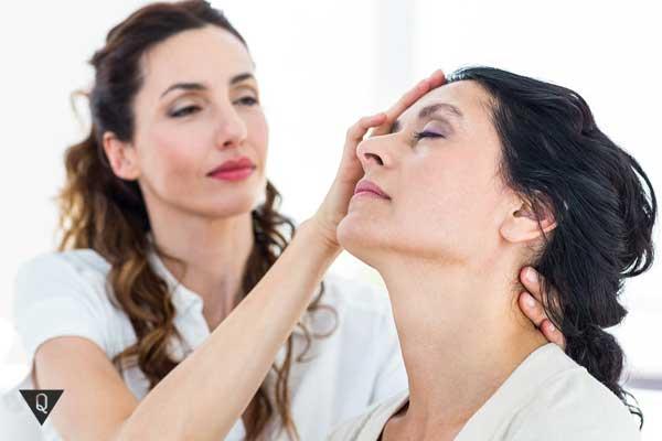 Женщина гипнотизирует другую женщину