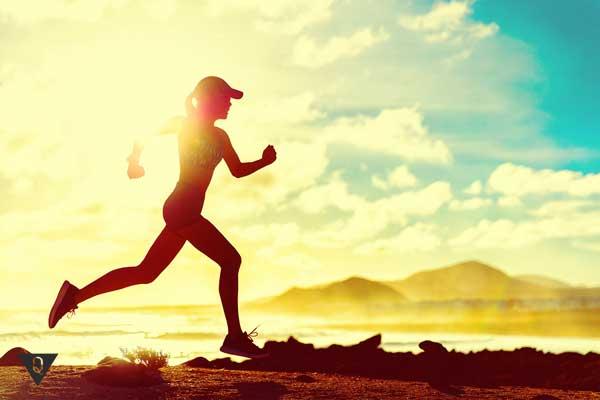 девушка бежит на фоне заката