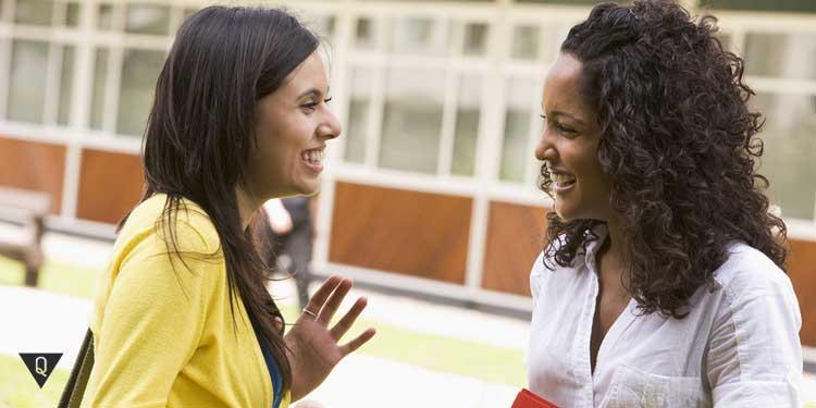 Две девушки беседуют