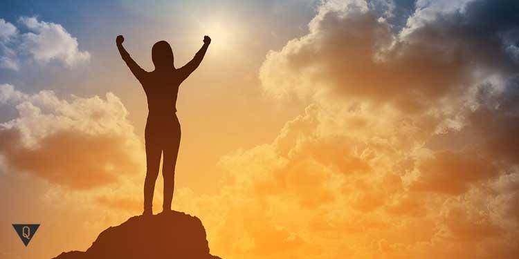 Человек на вершине горы, как символ того, что он занимался саморазвитием и добился успехов