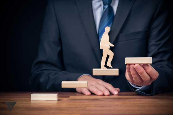 Человек поднимается по ступенькам, как символ саморазвития