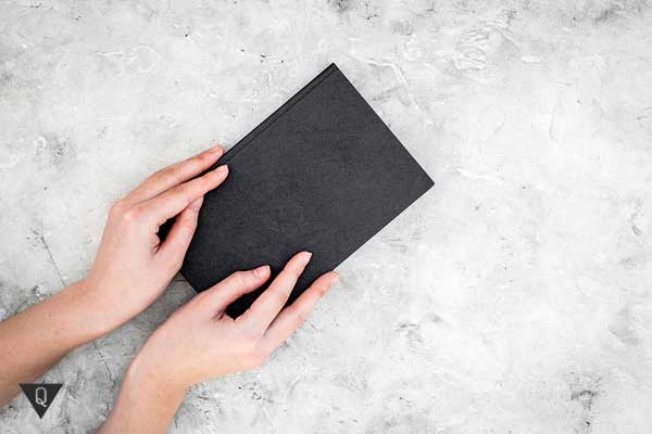 Человек держит в руках книгу