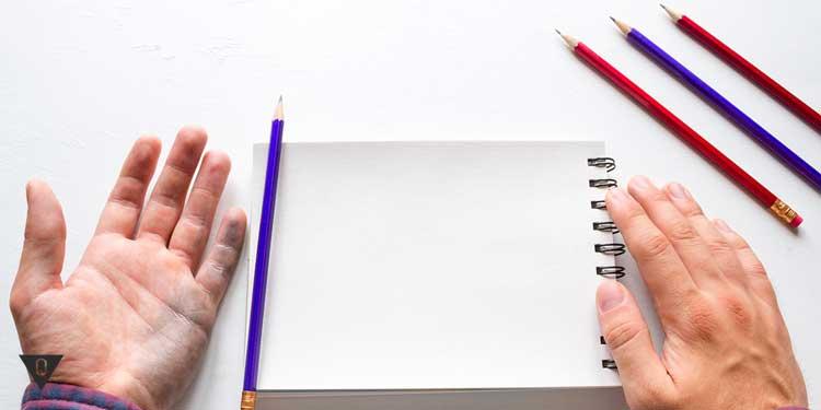 Тетрадь, карандаши и мужские руки