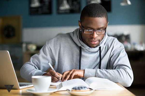 Афроамериканец учится