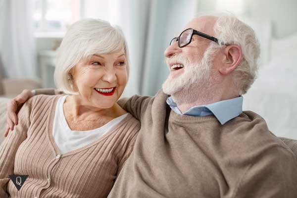 Дедушка и бабушка смеются, играя в ассоциации
