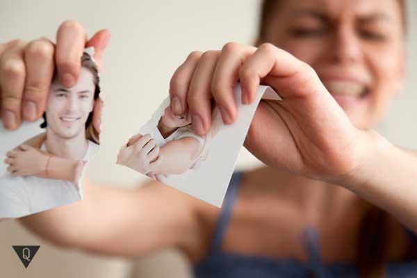 Девушка разрывает фотографию