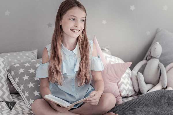 Девочка с книгой на кровати
