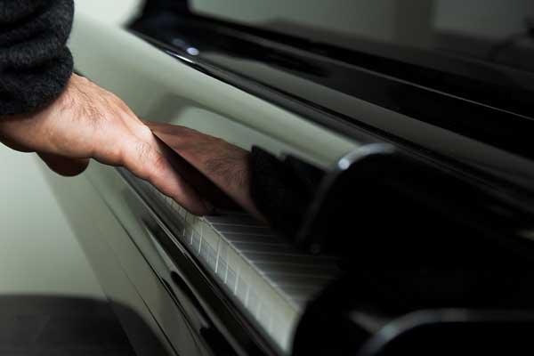Мужчина играет на фортепиано