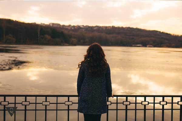 Девушка одна на фоне заката