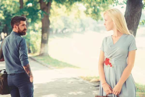 Парень и девушка смотрят друг на друга, не решаясь познакомиться