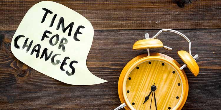 """будильник на столе и записка """"время для перемен"""""""