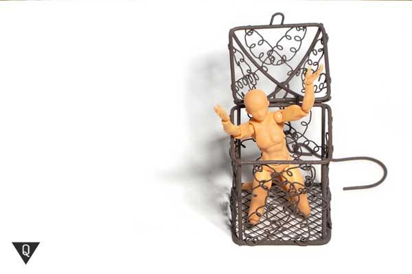 Деревянный человечек выбирается из клетки