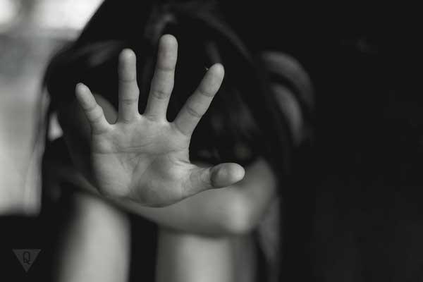 """Девушка рукой показывает """"стоп"""""""
