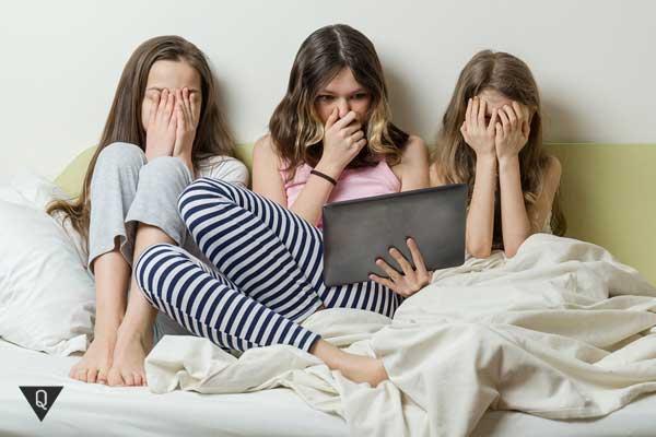 Три девушки под впечатлением от того, что увидели в планшете
