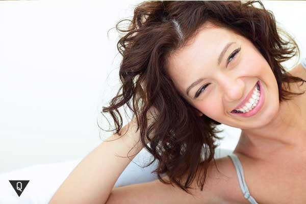 Красивая женщина смеется