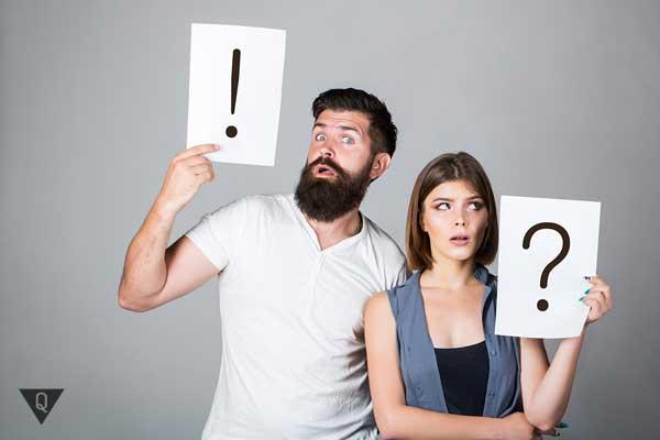 Парень и девушка с плакатами, как символ непонимания и спора